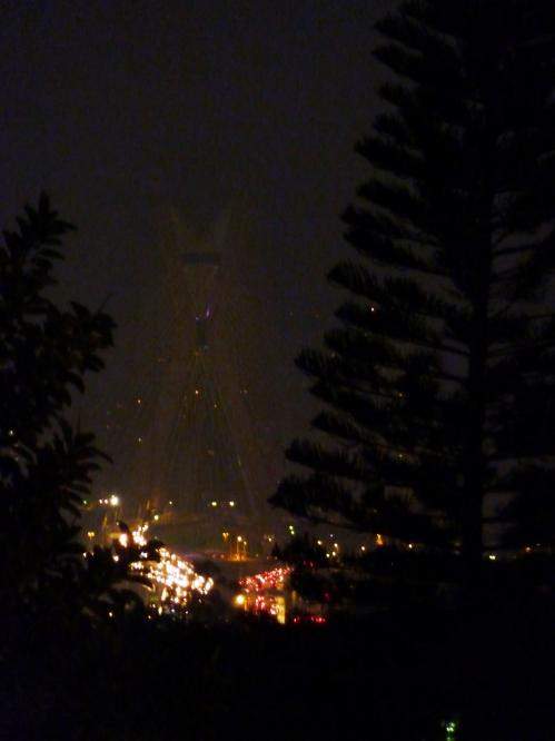 18h30 de hoje: engarrafamento na nova ponte estaiada da zona sul, vista (com zoom) da janela da Aktuell...